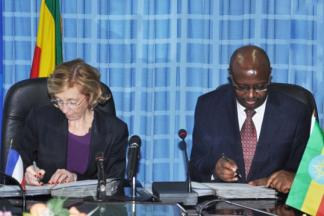 Image of Sufian Ahmed, the minister for MoFED and Nicole Bricq, French foreign trade minister  during the signing ceremony